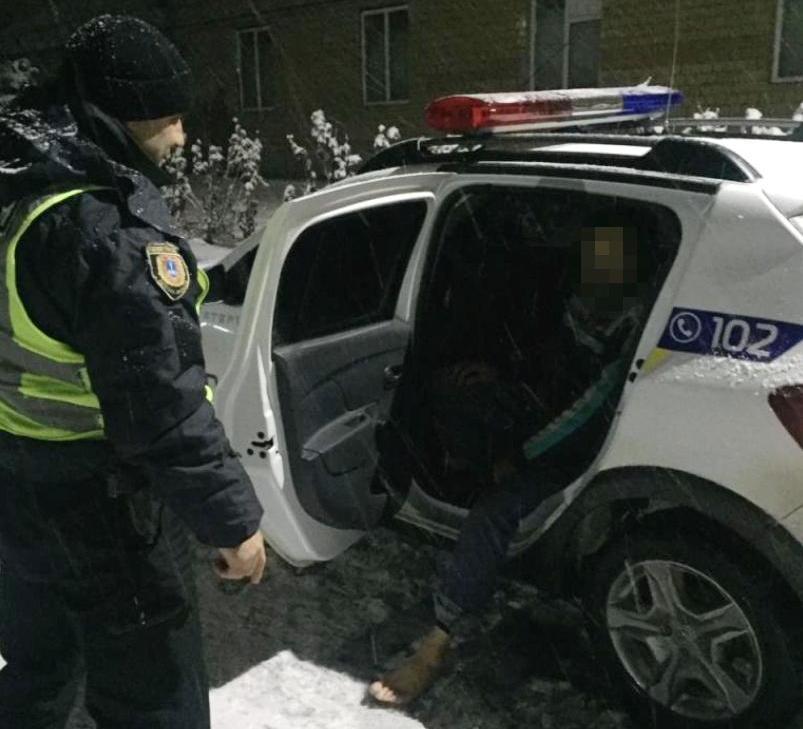 Полицейские спасли от холодной смерти босоногого пешехода, блуждающего по автодороге Одесса-Болград