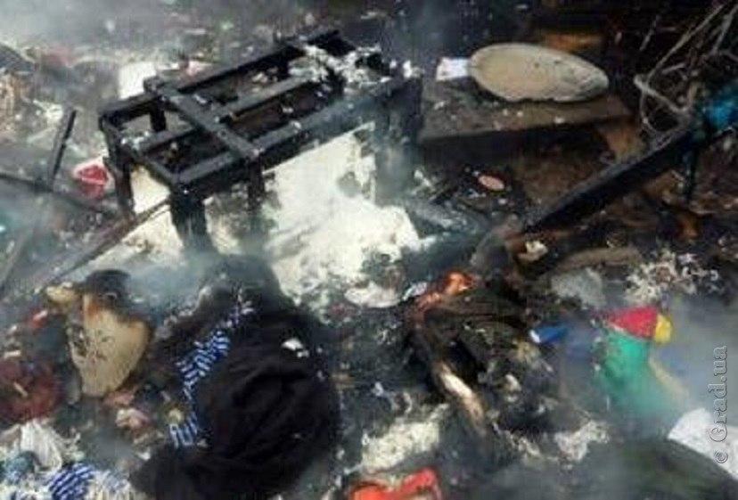 Во время пожара в Сарате полностью выгорела крыша дома и значительно пострадал гараж (фото)