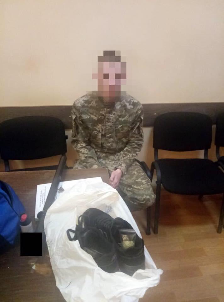 Прятал в кроссовках: в одесском СИЗО инспектор пытался пронести на территорию расфасованные по пакетикам наркотики