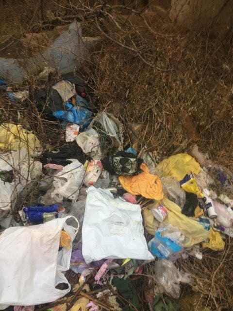 В Килии активисты по выброшенным вместе с горой мусора платежкам разоблачили людей, устроивших стихийную свалку