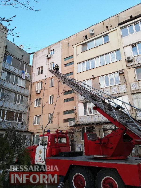 Заложники балкона: аккерманские спасатели пришли на помощь несовершеннолетним девушкам, запертым в квартире
