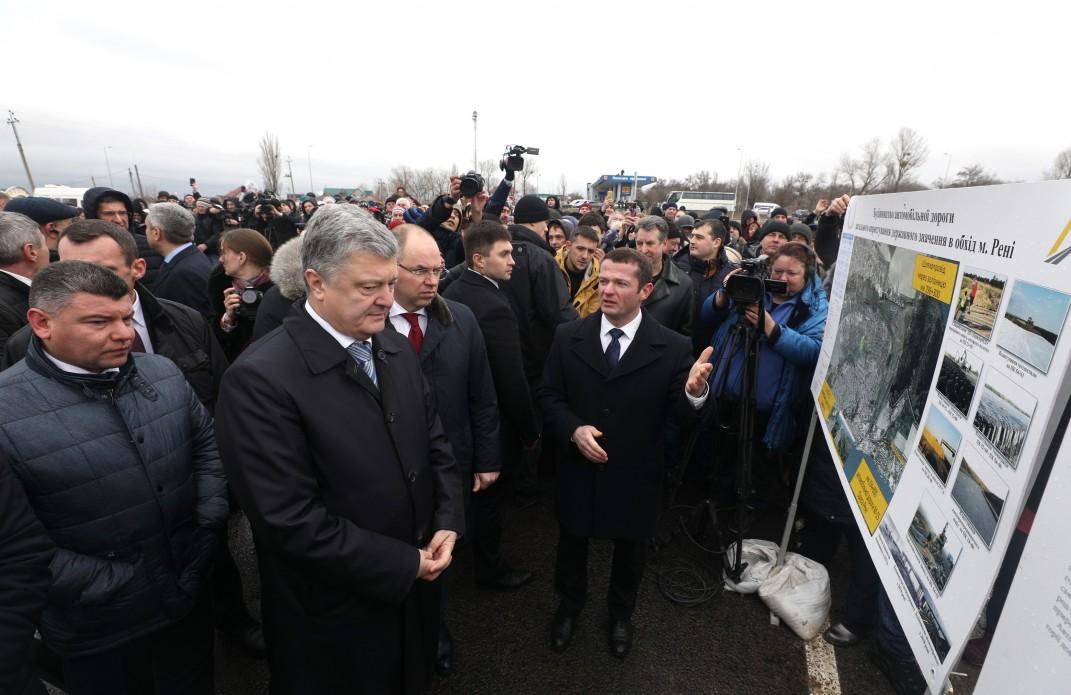 Порошенко открыл объездную дорогу вокруг Рени  и пообещал отремонтировать дороги в городе
