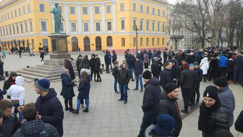 Предвыборный розыгрыш: в Одессе сотни человек пришли на проплаченный митинг за несуществующего кандидата
