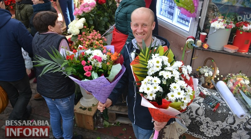 Цветочный переполох: как аккерманцы любимых женщин с 8 марта поздравляли (фоторепортаж)