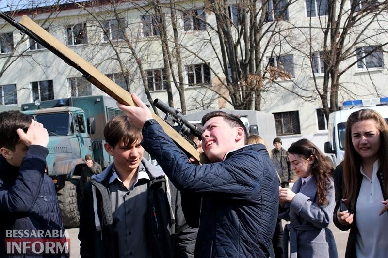 """Территорию батальона Нацгвардии в Измаиле сегодня """"оккупировали""""...школьники"""
