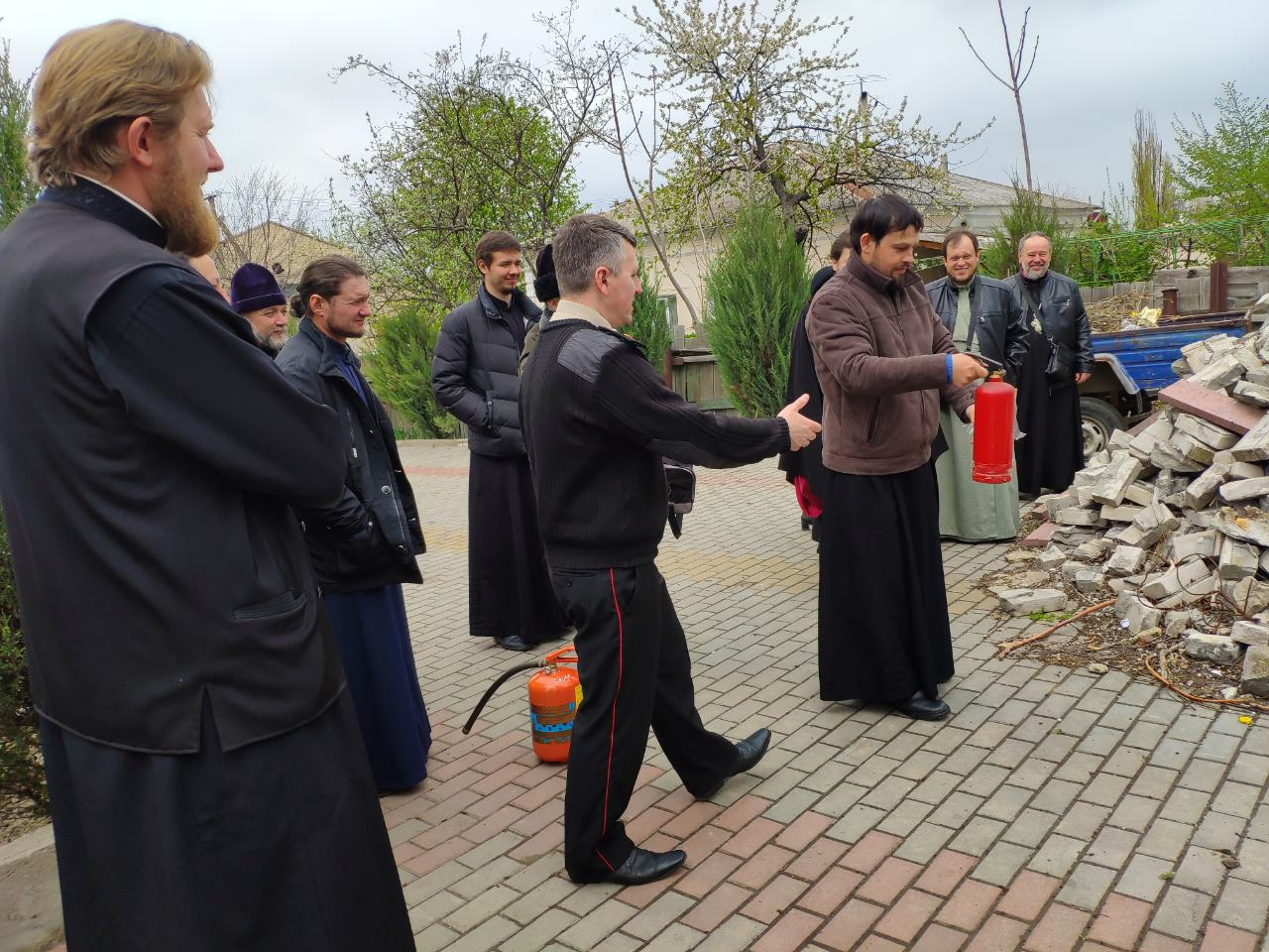 Священнослужителей Килийского района накануне Пасхи учили правилам пожарной безопасности и работы с огнетушителями