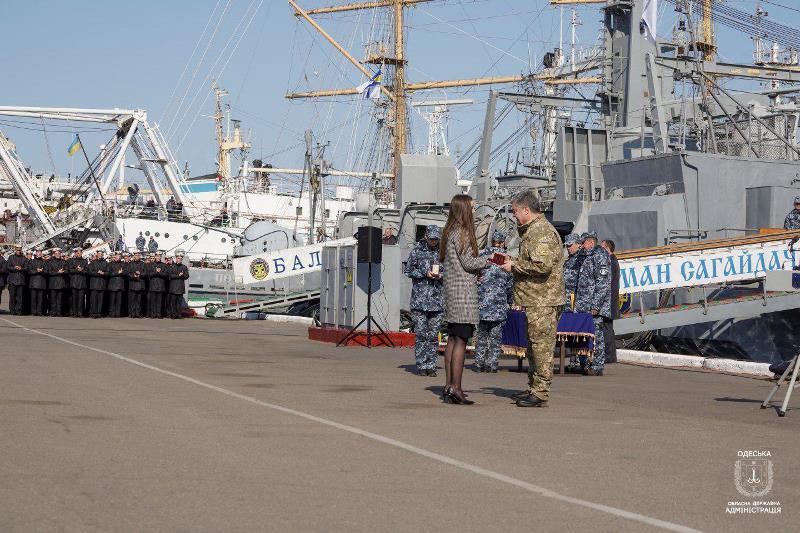 На днях в Одессе Президент Украины встретился с семьями военнопленных моряков и вручил им награды