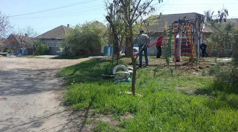 Татарбунарская мерия, проигнорировав правила безопасности, устроила детскую площадку на пересечении трех дорог