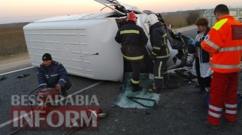 """Смертельная авария возле ПП """"Удобное"""": столкнулись два грузовых микроавтобуса и маршрутка. Погиб один из водителей"""