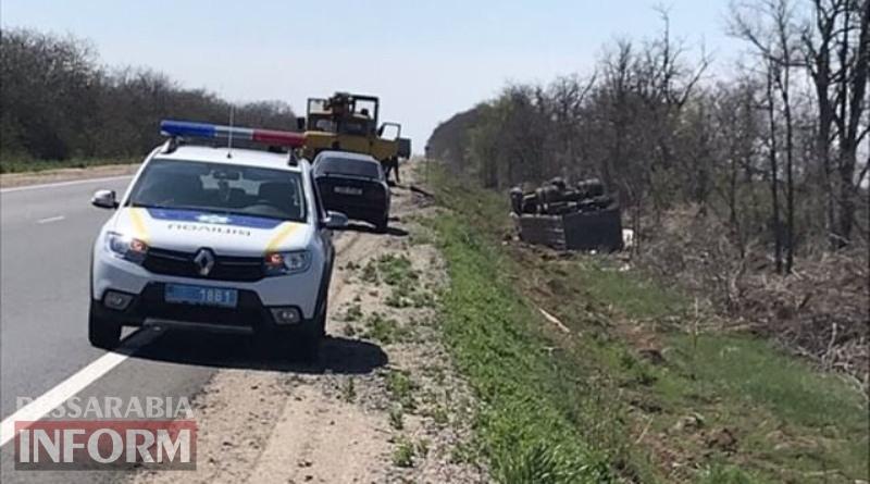 На трассе Одесса-Рени грузовой автомобиль съехал в кювет и перевернулся