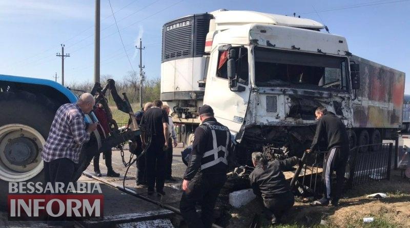 Столкновение фуры и поезда на трассе Одесса-Рени: полиция частично открыла для движения одну из полос (фото с места аварии)