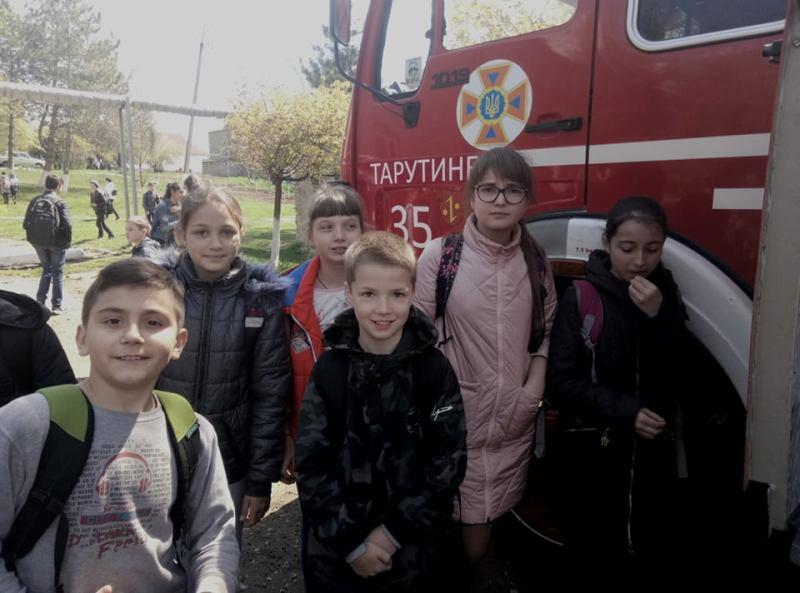 """Спасатели в Белгород-Днестровском и Тарутино провели ряд мероприятий, где школьники могли поучаствовать в тушении """"пожара"""""""