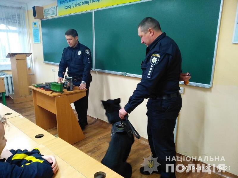 Служебная собака, трофейные гранаты и мины: в Измаиле полицейские-взрывотехники беседовали с лицеистами
