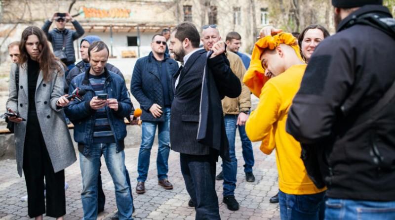 В Одессе нардепа Найема облили нечистотами и забросали фаллосами