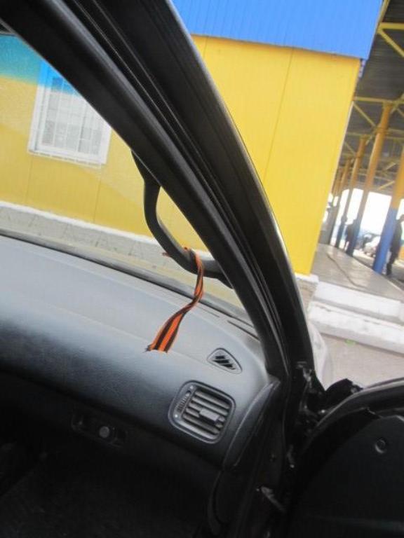 Георгиевские ленточки в машинах: иностранцам на три года запретили въезд в Украину из-за запрещенной символики