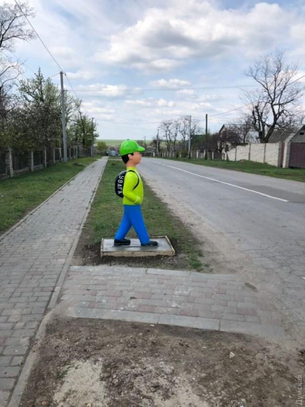 """Пластмассовые """"школьники"""": на востоке Одесской области позаботились о безопасности на пешеходных переходах"""