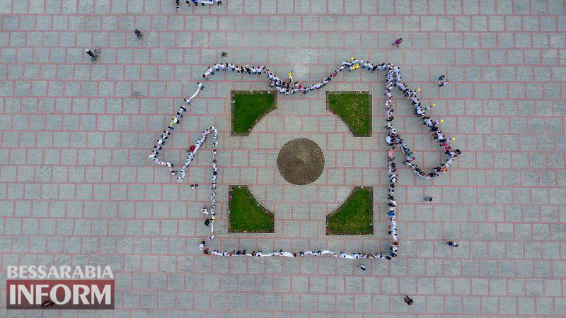 Килийцы выстроились в живую вышиванку на Центральной площади города (фоторепортаж)