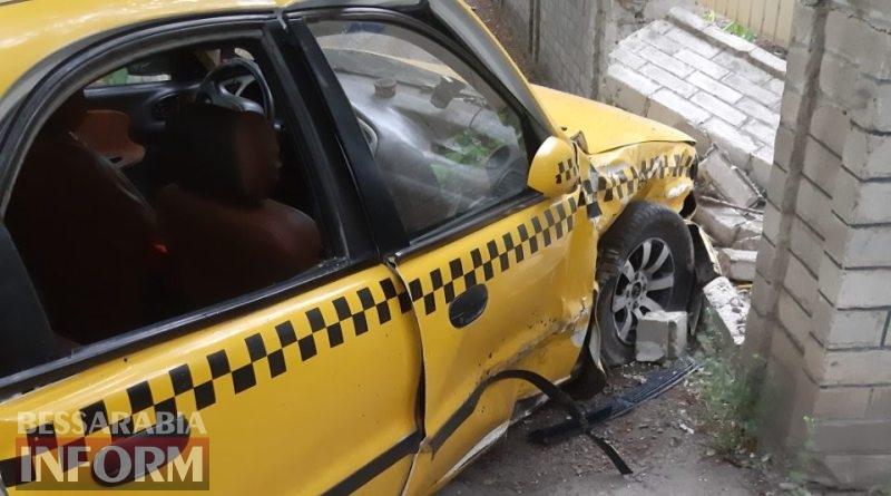 В Измаиле автомобиль такси и Sprinter после столкновения протаранили забор жилого дома