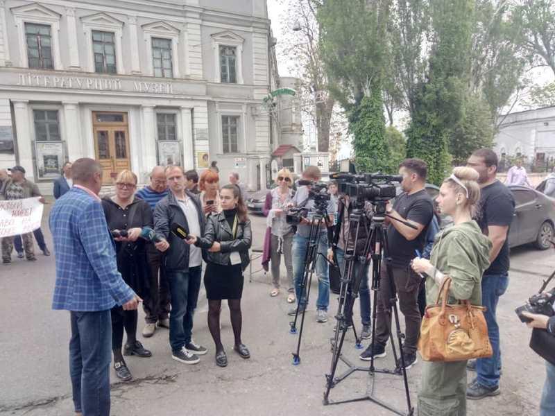 Охранники морских портов Измаила, Одессы и Черноморска митингуют под зданием АМПУ в областном центре