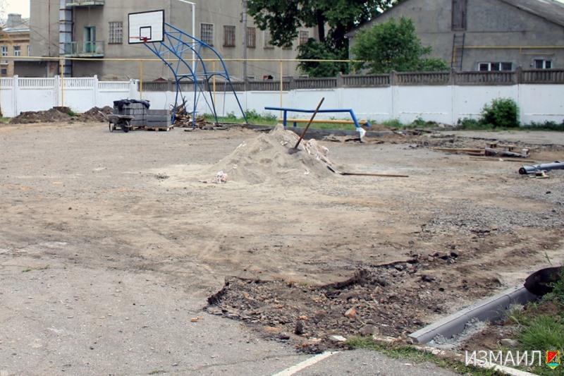 Успеть к последнему звонку: в Измаиле благоустраивают внутридворовые территории общеобразовательных школ