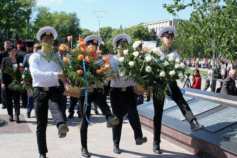 Парад Победы в Измаиле: массовое шествие с оркестром, возложения цветов к монументам и красочный запуск шаров и голубей