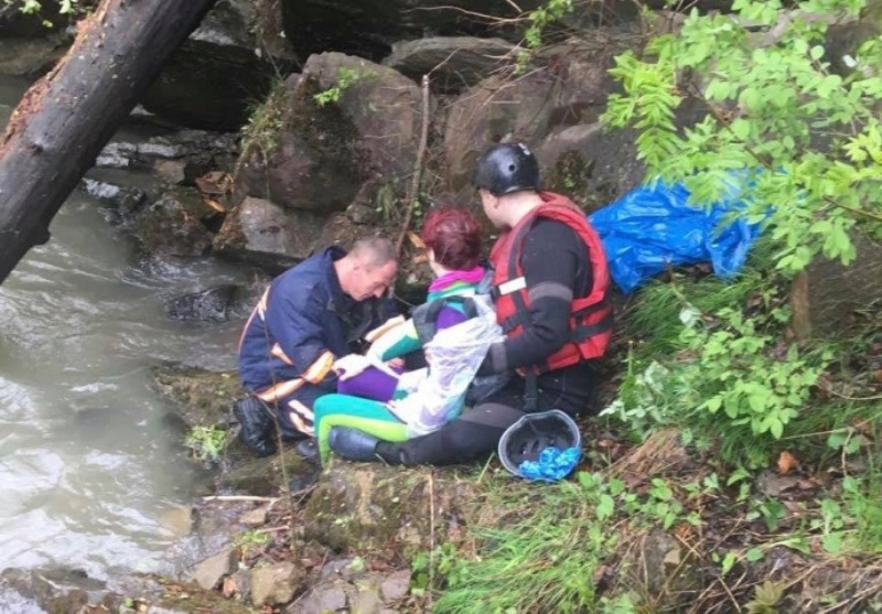 В Карпатах грузовик с туристами сорвался в реку, трое погибших