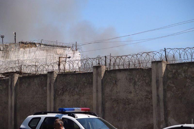 В Одесской исправительной колонии бунт: горит здание тюрьмы, массовое бегство заключенных - СМИ (обновлено)