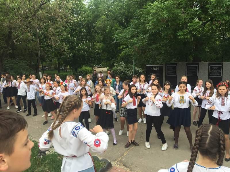 """""""Вышинванковая party"""": в Белгород-Днестровском прошел праздничный флешмоб, с танцующей под украинскую музыку мэром"""