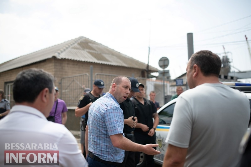 """Фермеры Бессарабии пытаются вывезти своё зерно, оказавшееся в """"заложниках"""" Измаильского элеватора - полиция им препятствует"""