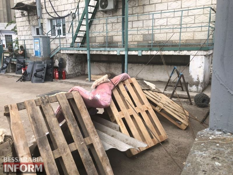 Фермеры, полицейский спецназ и молодчики в балаклавах и с дубинками: возле Измаильского элеватора снова напряженная обстановка