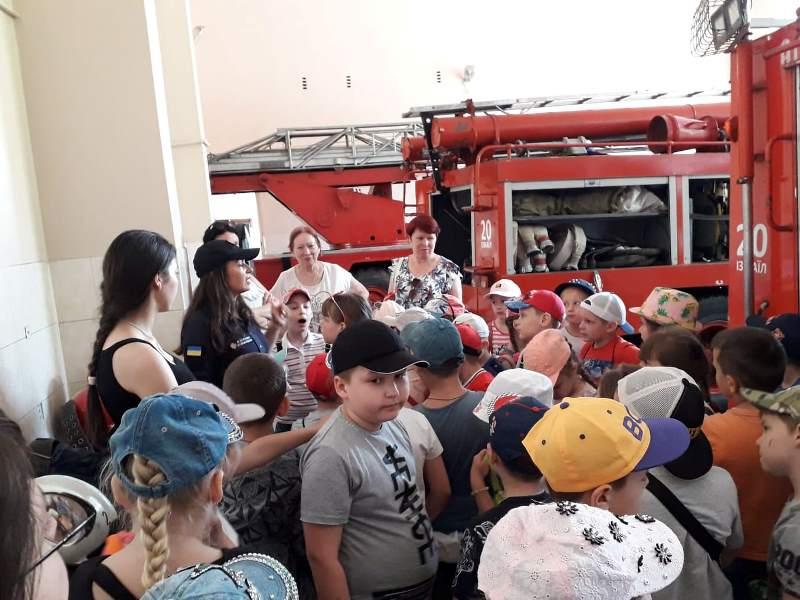 Из жизни пришкольных лагерей: увлекательная экскурсия школьников Измаила в пожарную часть