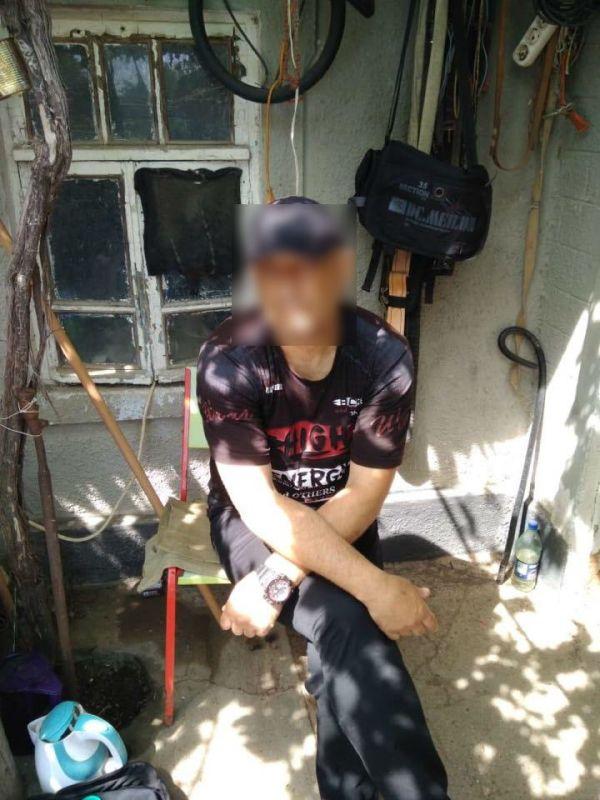 Оружие, наркотики и форма правоохранителей: в Белгород-Днестровском районе обыскали дом иностранца