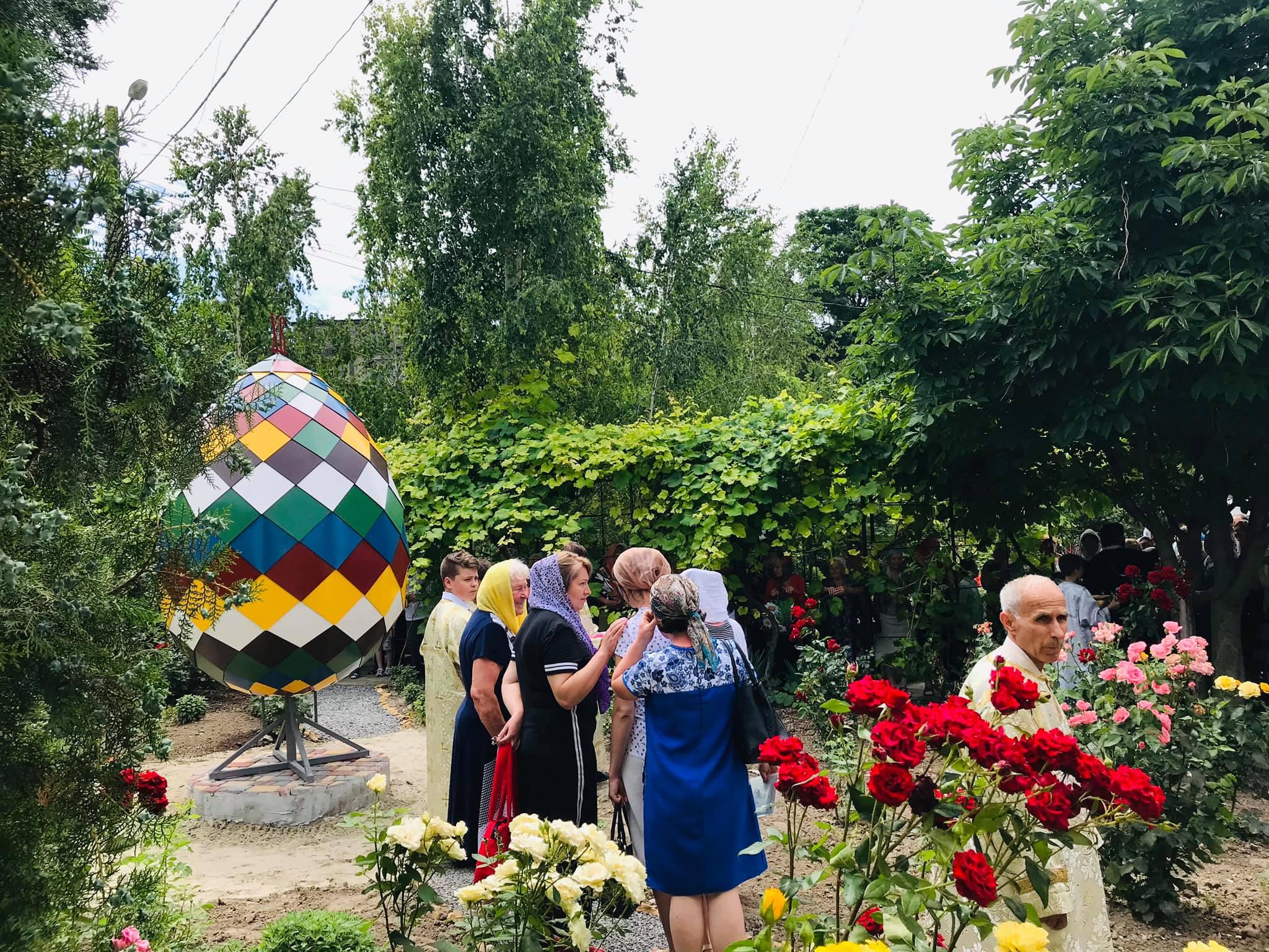 В Кили открыли трехметровый памятник пасхальному яйцу (фотофакт)
