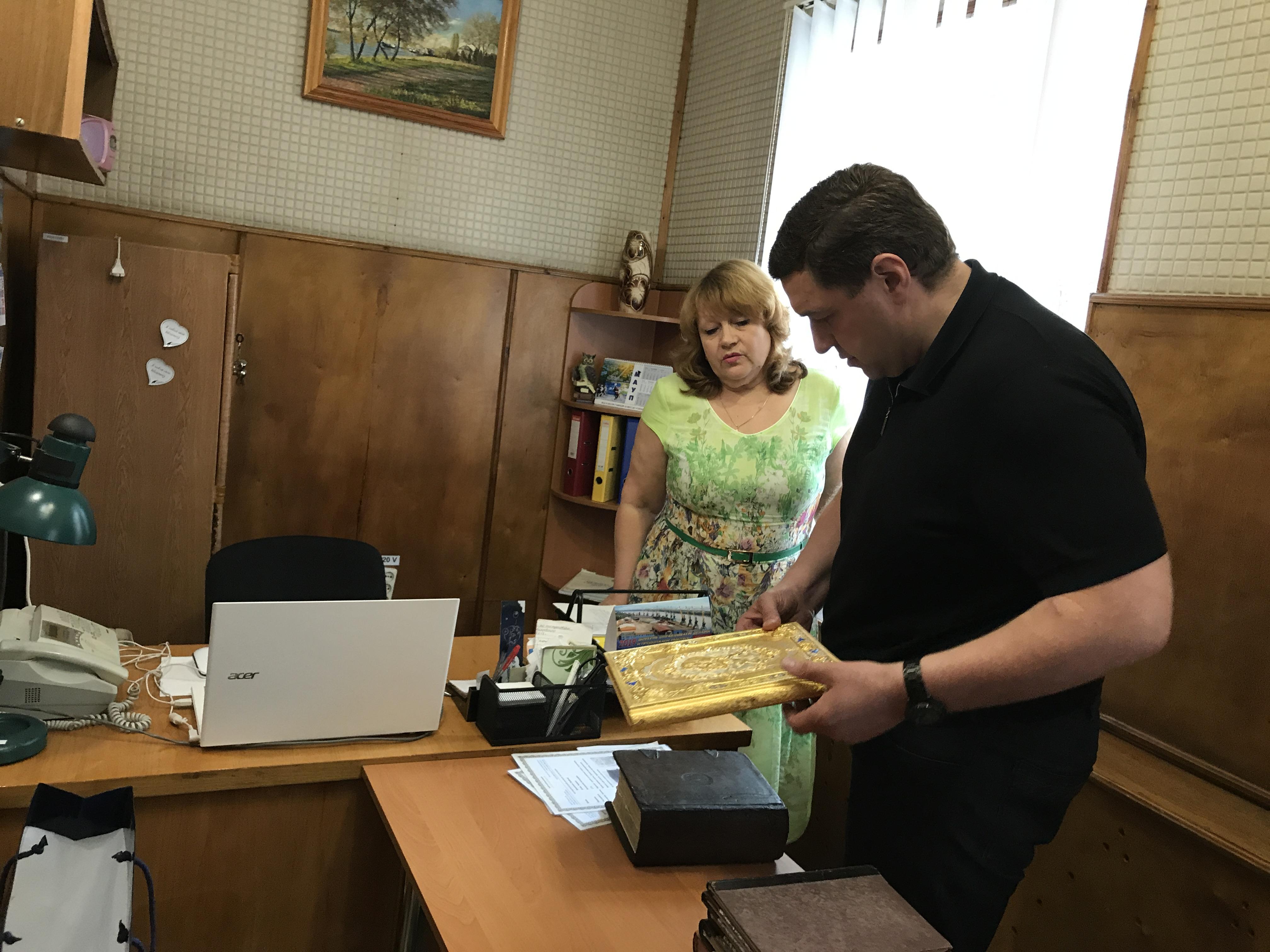Раритетные книги из личной коллекции мецената Александра Дубового пополнили фонд Центральной библиотеки Измаила