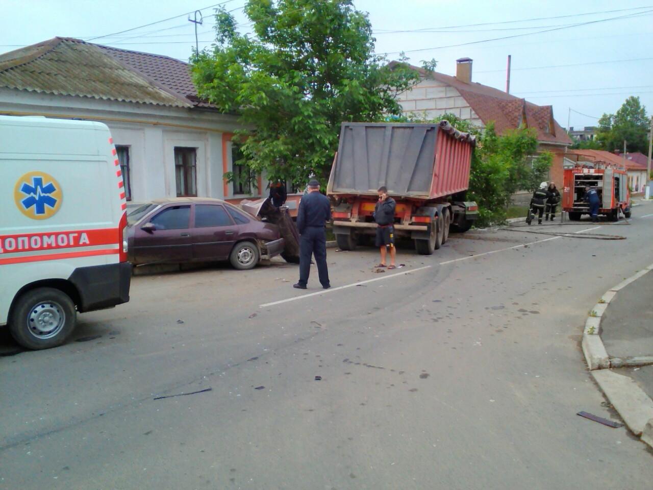 В Измаиле грузовик столкнулся с легковушкой и повредил стену жилого дома