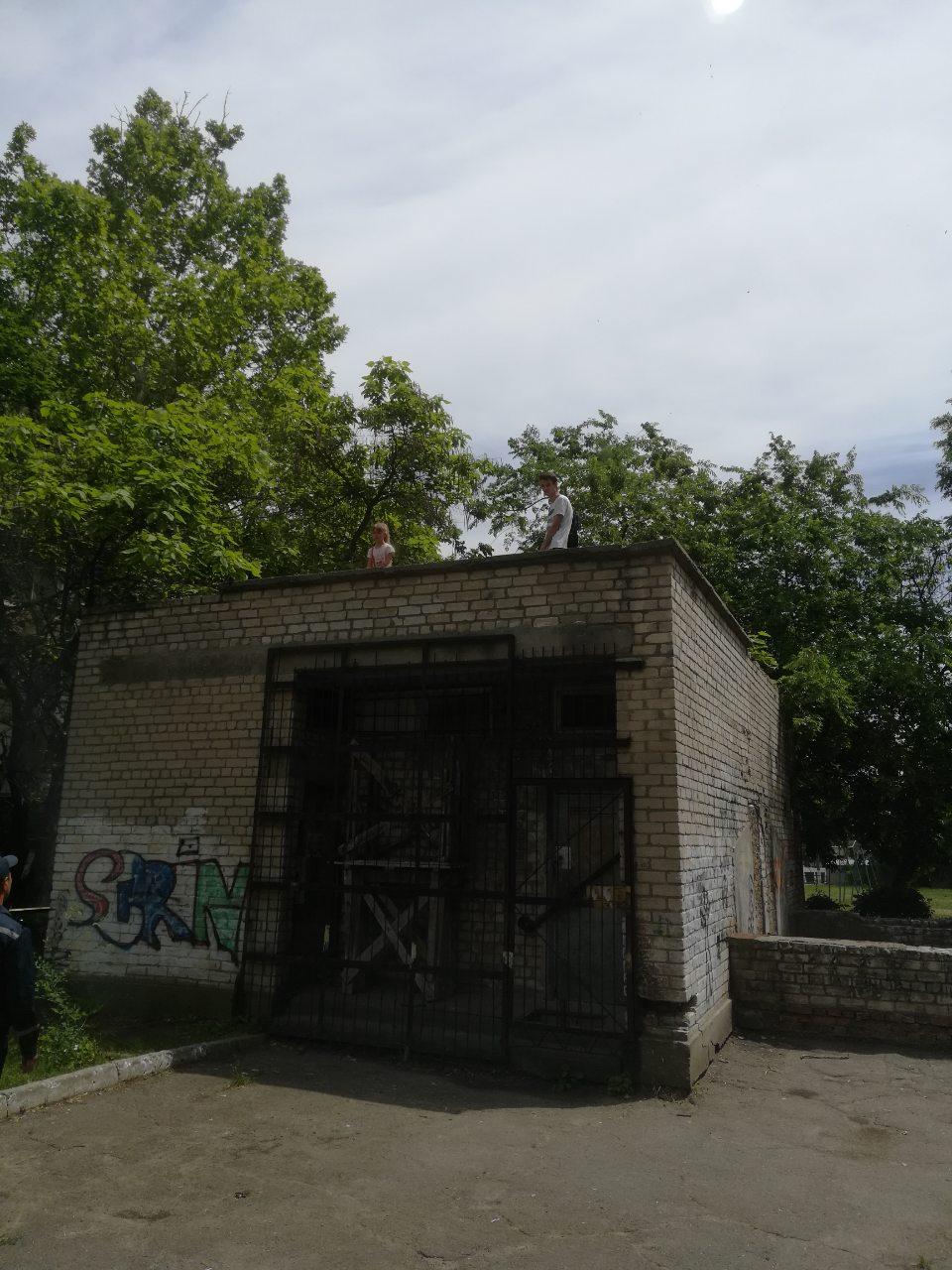 Измаильские спасатели помогли снять с крыши заброшенного здания ребенка