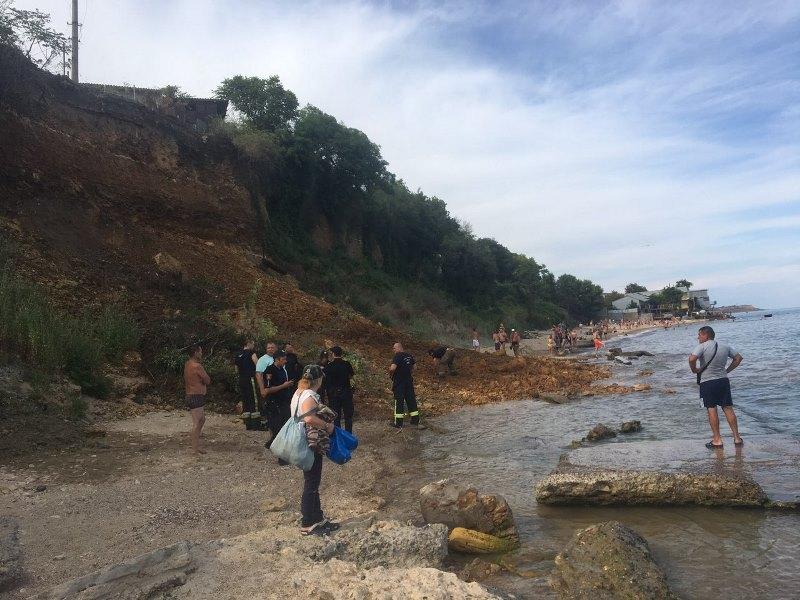 В Одессе на пляже произошел оползень: спасатели продолжают искать возможных пострадавших, а в мэрии назвали причину сдвига почвы