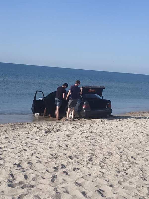 """На пляже в Рассейке очередного любителя """"помочить колеса"""" вытаскивали из моря трактором"""