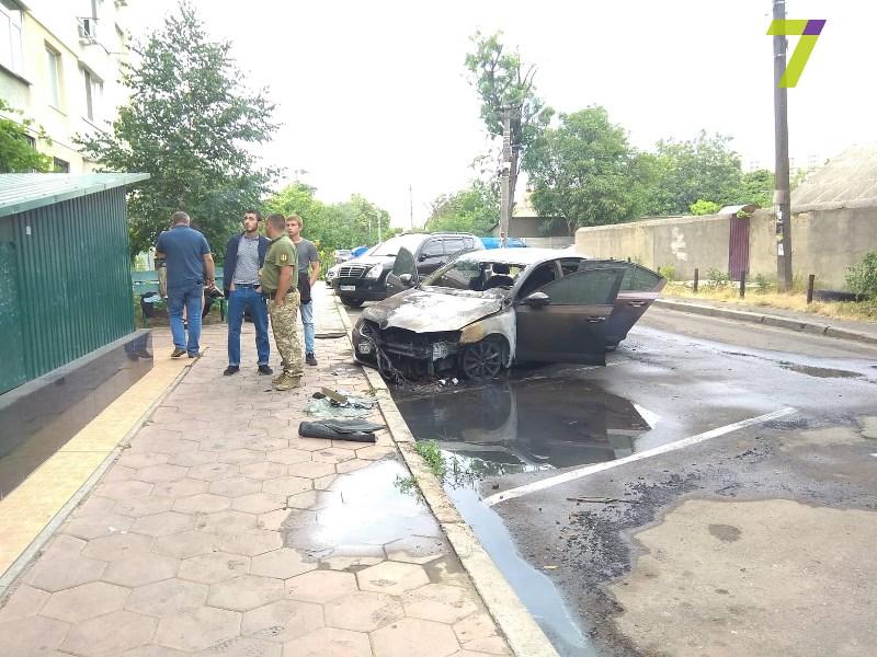 """Неизвестные сожгли машину сотруднику """"Укравтодора"""", работающему на одном из весовых комплексов Одещины"""