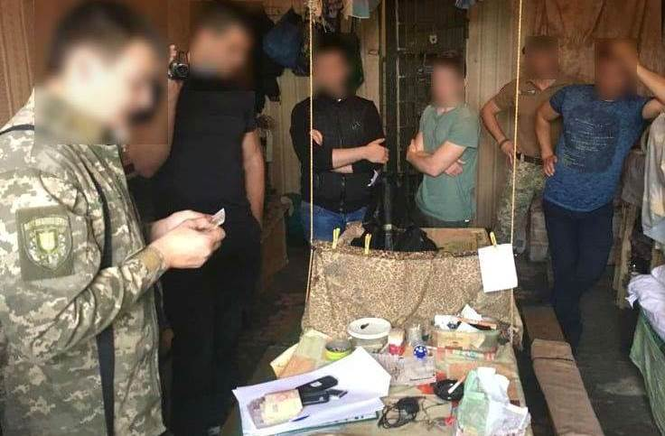 В Измаиле задержали сотрудницу СИЗО, которая за взятки снабжала арестантов деньгами и телефонами