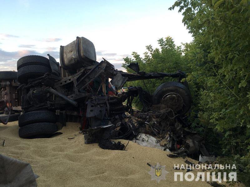 Трое погибших и груда металла: в Одесской области два зерновоза столкнулись на трассе