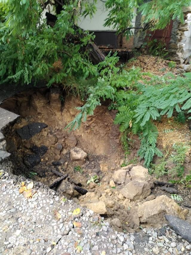 Последствия стихии в Белгород-Днестровском: провалившийся под асфальт автомобиль, затопленные улицы и размытые дороги