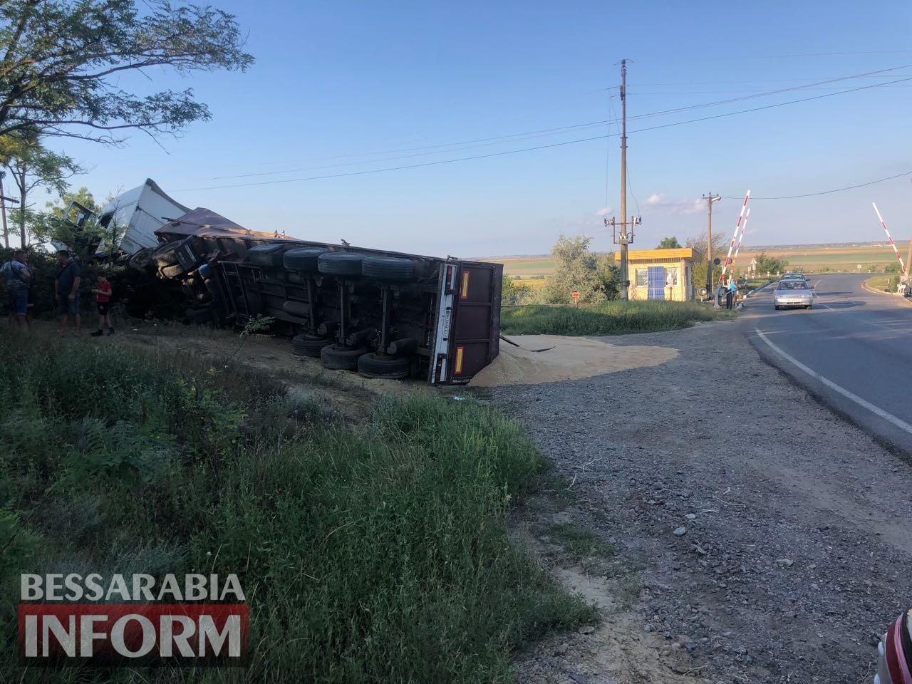 На трассе Одесса-Рени перевернулся зерновоз