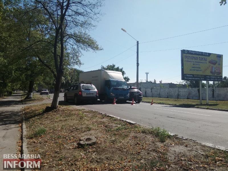 В Измаиле грузовик, пытаясь избежать наезда на пешехода, наехал на Infiniti