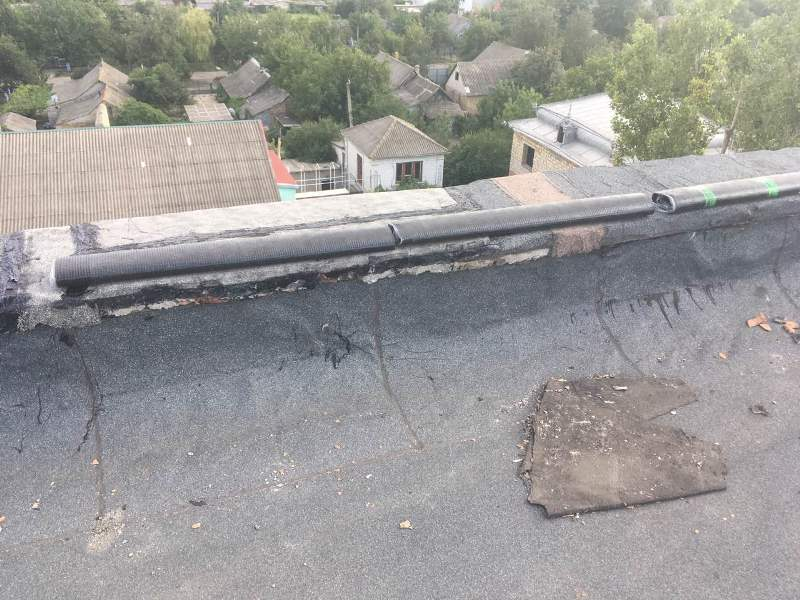 В Арцизе приступили к ремонту крыш многоквартирных домов, которые пострадали от сильного ливня в начале июля