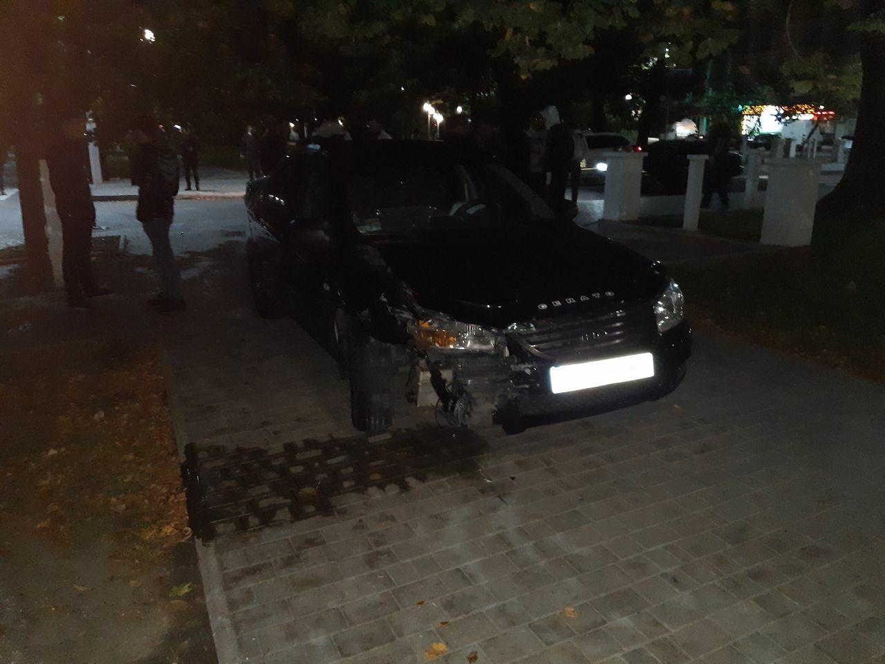 Ночное ДТП в Измаиле: на проспекте Суворова Nissan и KIA после столкновения оказались на тротуаре