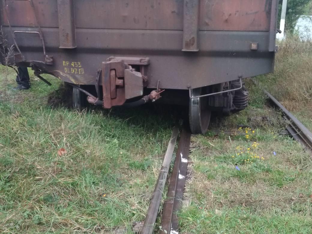 В Арцизе поезд протаранил трактор и сошел с рельсов (фотофакт)