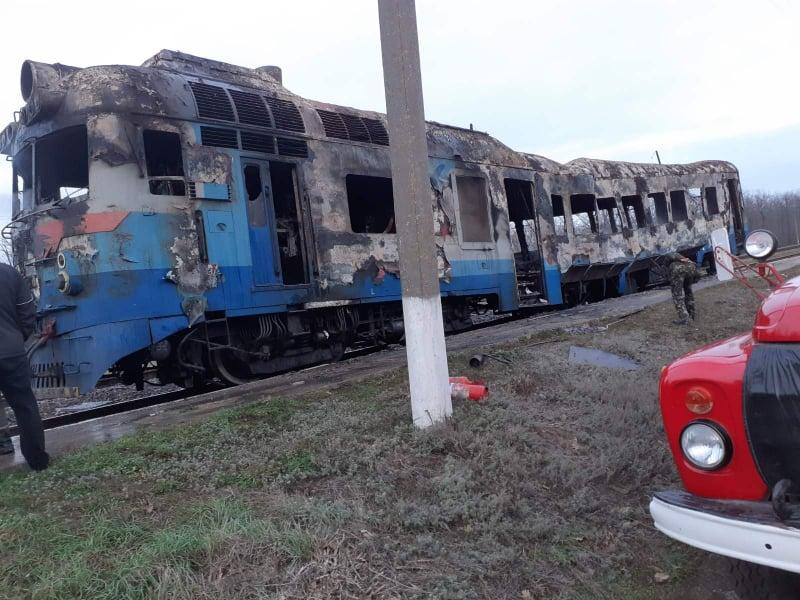 На участке Одесской железной дороги сгорел локомотив и вагон пассажирского поезда