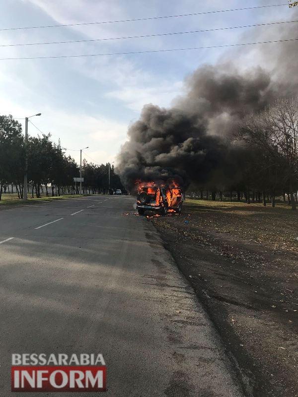 Вспыхнул на ходу: в Измаиле сгорел полицейский автомобиль