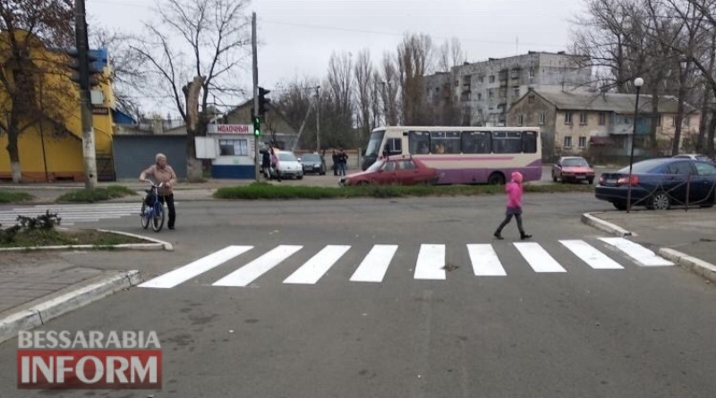В Аккермане тренер по баскетболу на внедорожнике сбила на пешеходном переходе двоих маленьких детей. Люди опасаются, что дело могут замять
